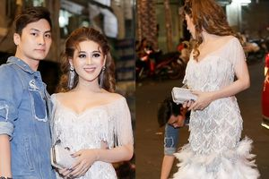 Chồng Lâm Khánh Chi ân cần cúi người chỉnh váy áo cho vợ