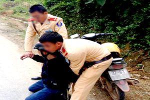 Cảnh sát giao thông bắt 'nóng' đối tượng tàng trữ ma túy