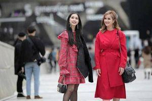 Chị em Nhã Phương tỏa sáng tại Seoul Fashion Week, Bảo Anh để tóc 'lạc quẻ' với trang phục
