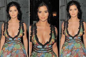 'Siêu mẫu nội y' Demi Rose khoe vòng một gợi cảm với đầm khoét sâu