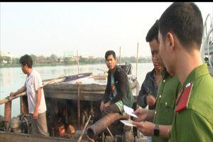 Bắt giữ thuyền khai thác cát trái phép trên sông Hương