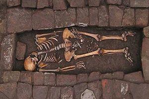 Phát hiện tử thi thai phụ trung cổ sinh con trong quan tài