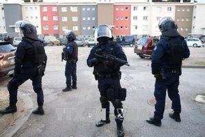 Bắt giữ nghi can đâm xe vào nhóm binh sĩ tại Pháp