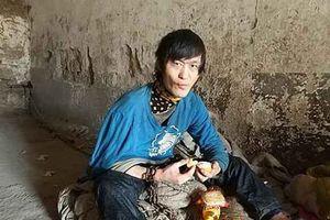 Mẹ già đau đớn xích con trai suốt 12 năm trong nhà đá