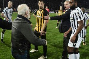 Xách súng vào sân, ông chủ CLB ở Hy Lạp bị loại khỏi bóng đá dài hạn