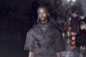 Sau hơn 20 năm mới có người mẫu da đen mở màn show diễn của Prada