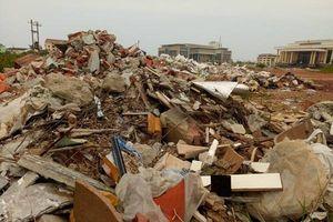 Quảng Bình: Rác thải tràn lan trước Trung tâm văn hóa