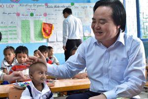Bộ trưởng Phùng Xuân Nhạ xúc động khi gặp bé tí hon Quảng Ngãi
