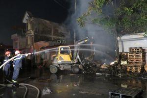 Gần 200 chiến sĩ PCCC dập lửa thâu đêm tại xưởng gỗ
