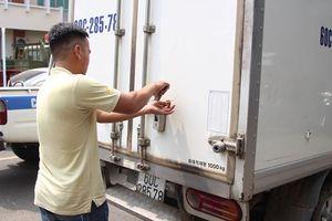 Bắt xe tải chở mỡ heo không rõ nguồn gốc dùng dây niêm phong cũ làm 'bùa hộ mệnh'