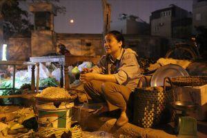 Cháy chợ Quang: Phía trong hoang tàn, người dân đổ ra đường họp chợ