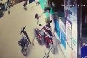 Tên cướp gí dao giật điện thoại của người phụ nữ trong vài giây