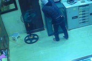 Tên trộm thủ dao bấm đột nhập tiệm vàng, lục tung cả 4 tầng nhà