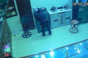 Truy tìm tên trộm đột nhập tiệm vàng qua camera