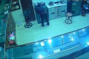 Nghệ An: Truy tìm tên trộm đột nhập tiệm vàng 'cuỗm' nhiều tài sản