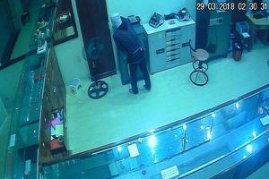 Tên trộm cầm dao đột nhập tiệm vàng lấy cắp nhiều tài sản trong đêm