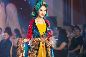 Các bộ váy áo dân tộc sặc sỡ của thí sinh Người mẫu thời trang
