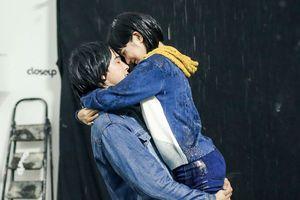 Hoàng Yến Chibi, Tiến Vũ dầm mưa xuyên đêm để hôn nhau