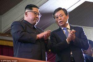 Nhà lãnh đạo Triều Tiên vỗ tay tán thưởng dàn nghệ sĩ Hàn Quốc