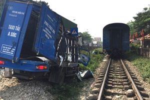 Băng qua đường sắt, xe tải bị tàu hỏa tông biến dạng