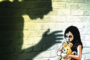 Khởi tố, tạm giam người cha hiếp dâm con gái 10 tuổi khi mẹ vắng nhà