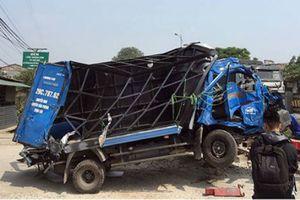 Hà Nội: Xe tải bẹp dúm sau va chạm với tàu hỏa