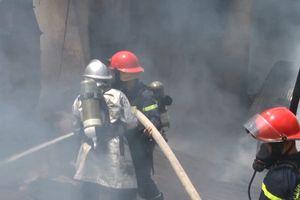 Xưởng gỗ trong khu dân cư cháy dữ dội