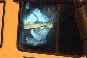 'Ma men' lái xe tải lao vào cảnh sát, cầm xà beng cố thủ trong cabin