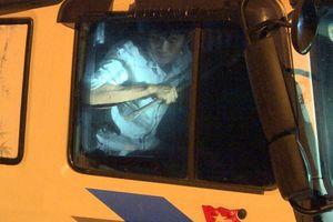Tông thẳng vào công an, 2 'ma men' cầm xà beng cố thủ trong xe tải