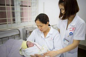 Đỡ đẻ thành công ca sinh thường, em bé chào đời nặng 5,2 kg
