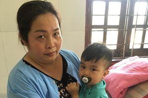 Bé trai 21 tháng tuổi nghẽn đường thở do hóc giấy ăn