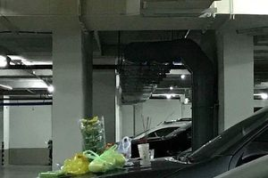 'Cúng ô tô' dưới hầm chung cư, người đàn ông bị phạt 400 ngàn đồng