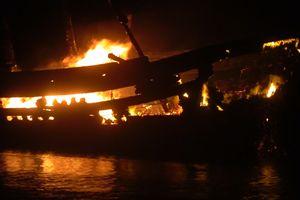 Chập điện trong quá trình tiếp nhiên liệu, tàu cá bị thiêu rụi