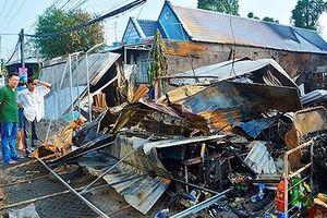Cháy chợ dữ dội trong đêm thiêu 5 căn nhà