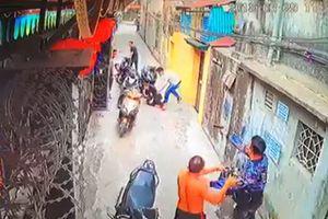 Mẹ bị bắn gục khi lao vào đỡ đạn cho con trai bị côn đồ tấn công
