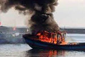 Tàu cá bốc cháy dữ dội trên biển, 4 thuyền viên thoát chết