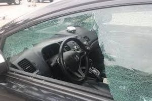 Va chạm giao thông, dùng súng hơi đuổi theo bắn vỡ kính ô tô