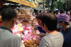 Người Sài Gòn tấp nập mua sắm đồ cúng Tiết Thanh Minh