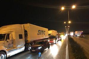 Xe container hỏng giữa cầu Thanh Trì, lái xe bỏ đi bất chấp đường tắc