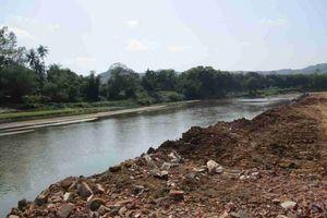 Hoài Ân (Bình Định): Doanh nghiệp đổ xà bần, đất xuống sông Kim Sơn làm đường vận chuyển, khai thác cát chưa được cấp phép
