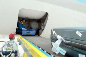 Nhân viên sân bay Tân Sơn Nhất 'chôm' 2 điện thoại trong hành lý