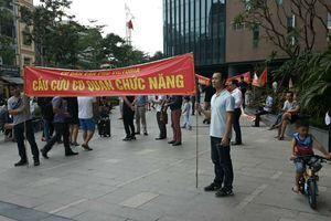Cư dân Victoria Văn Phú căng băng rôn cầu cứu: Chủ đầu tư nói 'hết trách nhiệm'