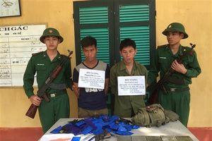 Bắt 2 đối tượng người Lào vận chuyển số lượng lớn ma túy và vũ khí nóng