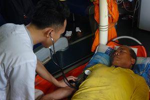 30 giờ vượt sóng cứu ngư dân gặp nạn trên ngư trường Hoàng Sa