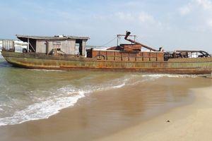 Quảng Nam: Bán đấu giá tàu vô chủ dạt vào bờ biển