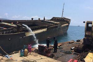 Kéo tàu đầu tiên bị chìm trên biển Quy Nhơn vào bờ