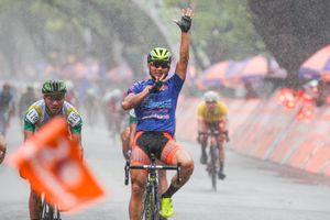 Lê Nguyệt Minh chiến thắng trong mưa tại Huế