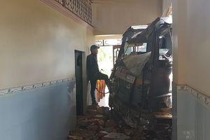 Xe tải tông sập 3 nhà dân lúc rạng sáng, nhiều người thoát chết trong gang tấc