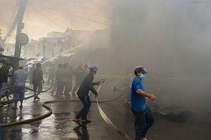 Cháy dữ dội ngay trung tâm TP Mỹ Tho, khói lửa đen kịt bầu trời, nhiều nhà dân bị thiêu rụi