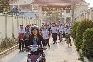 42 học sinh bị hiệu trưởng phạt đứng ngoài hành lang hơn 2 giờ